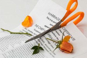 Małżonek rozwiedziony traci prawo do dziedziczenia po zmarłym.